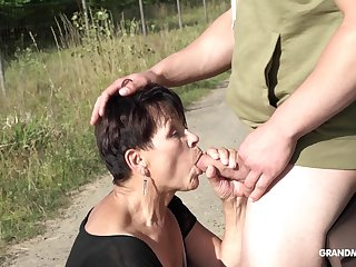 Granny with short hair fucked on the wheels by inviting stranger